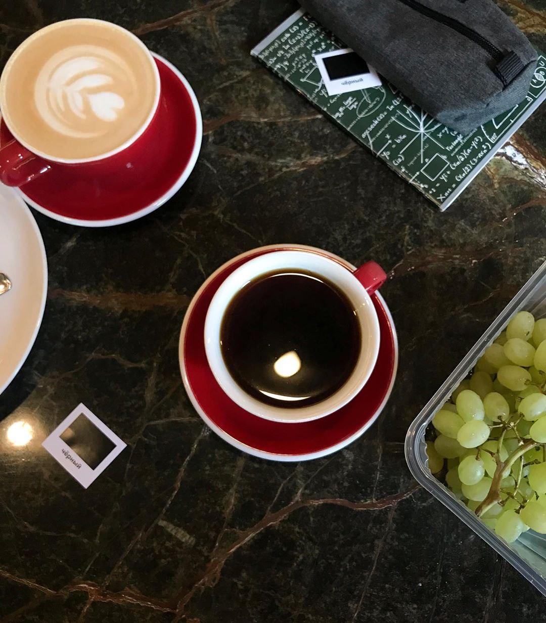 Черный кофе, латте и виноград в кофейне Кооператив Чёрный