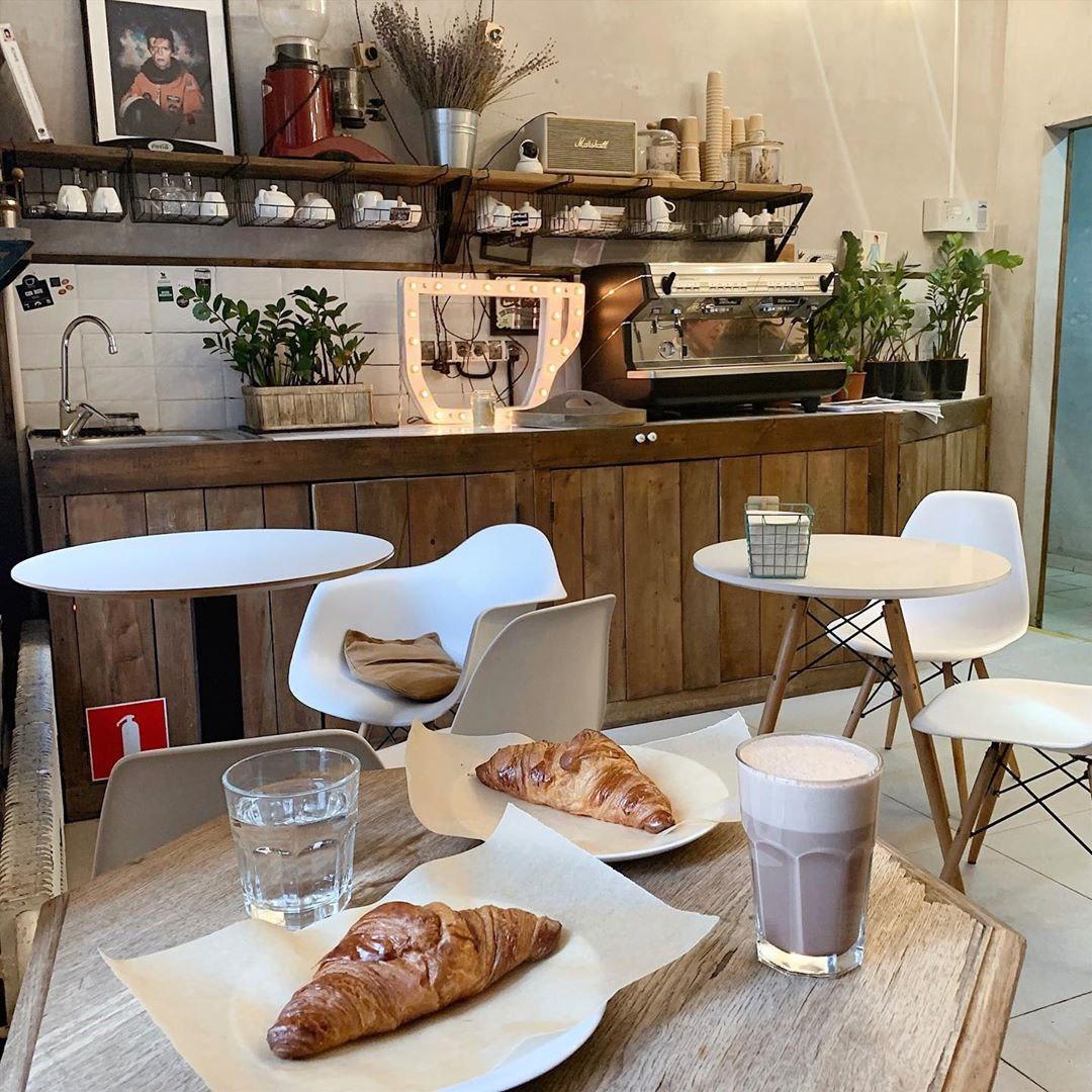 Какао и круассаны в кофейне David B. Café
