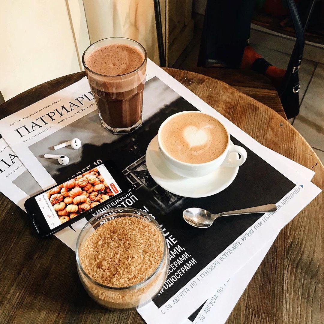 Латте и какао в кофейне David B. Café