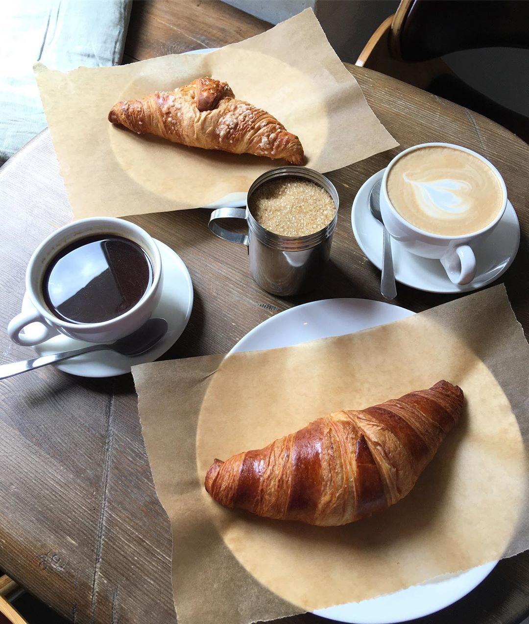 Латте, американо и круассан в кофейне David B. Café