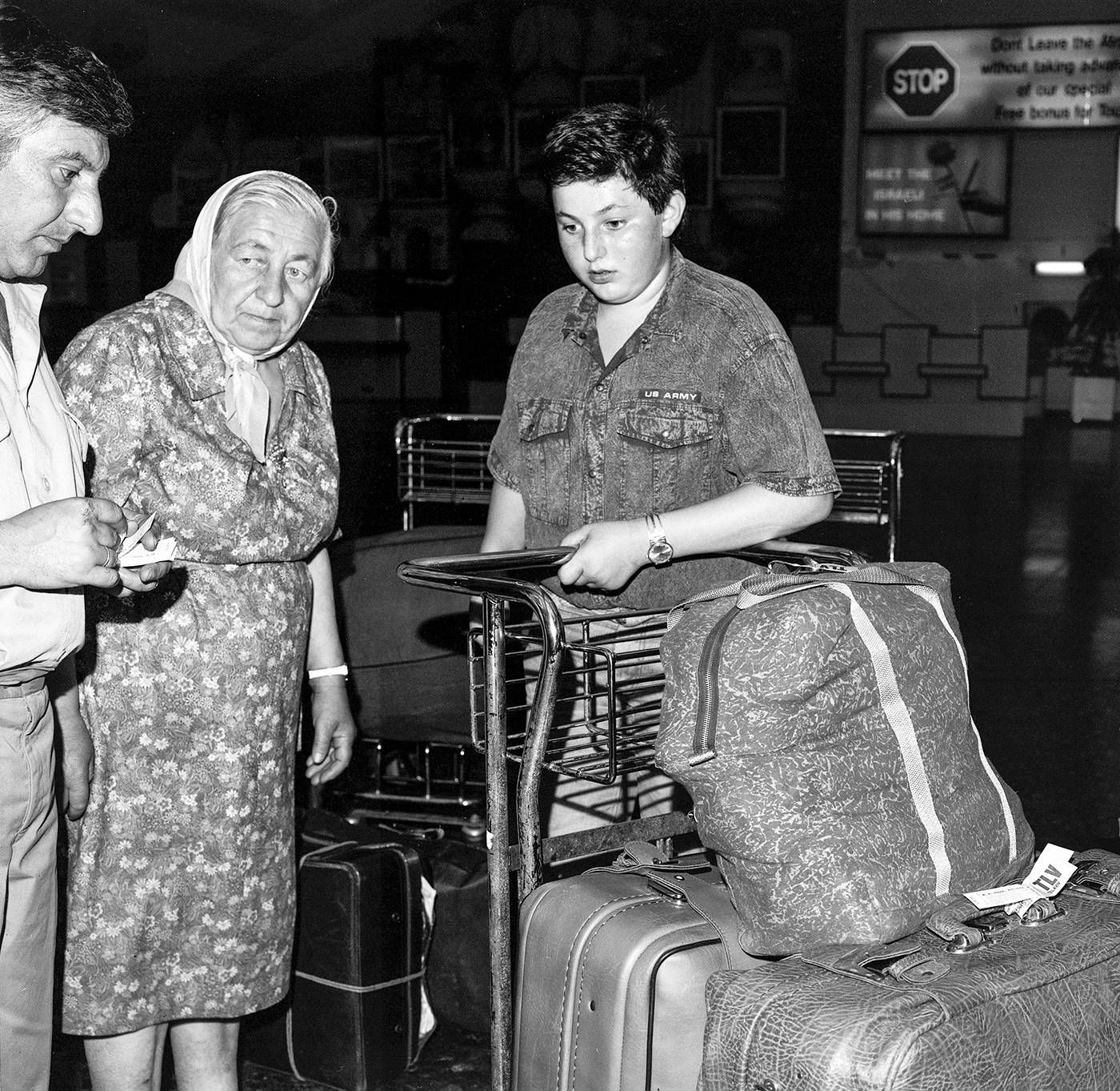 Hally Pance_some arabs and some jews_russians immigrants arriving at the airport_04.jpg