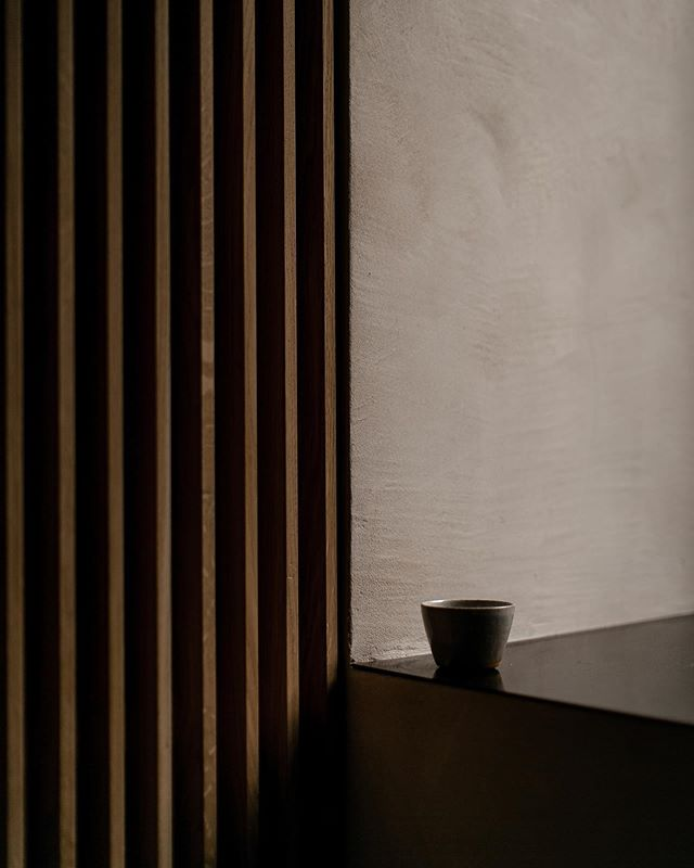 We arrived back from such an inspirational trip to Belgium and France. It always gives us room to think about the studio and our aims and goals for it. . . This image celebrates the craft and materials in the studio. The elegant screens by @56northkitchens, @clayworksclayplasters walls, black steel tops and a beautiful cup from @_rebeccaproctor . Wonderfully captured by @melodyjoyco