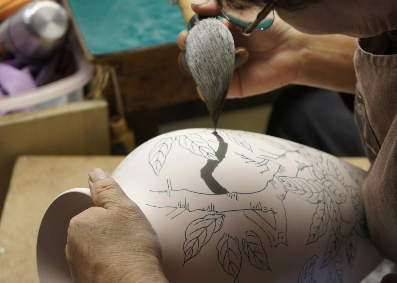 © Arita Porcelain Lab, Painting a Vase by Hand