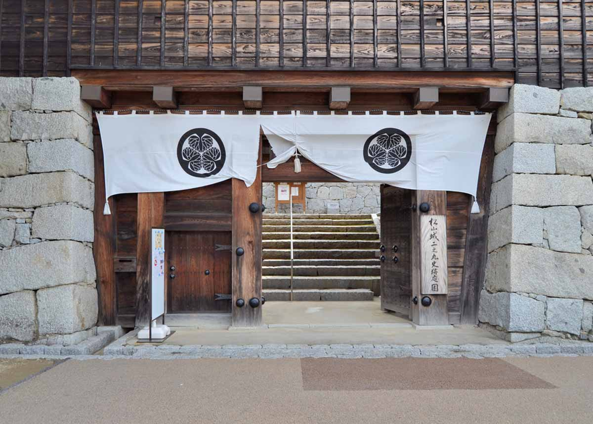 ©  jpellgen  /  Creative Commons , Noren at Matsuyama Castle