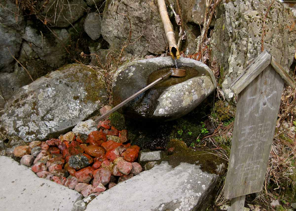 © Anika Ogusu, Real Japanese Gardens, Suikinkutsu