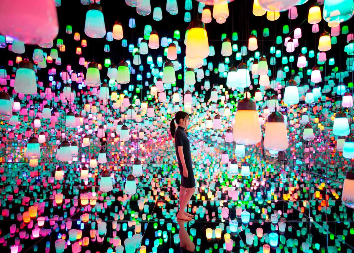 © teamLab, Exhibition view of MORI Building DIGITAL ART MUSEUM: teamLab Borderless, 2018, Odaiba, Tokyo: Forest of Resonating Lamps