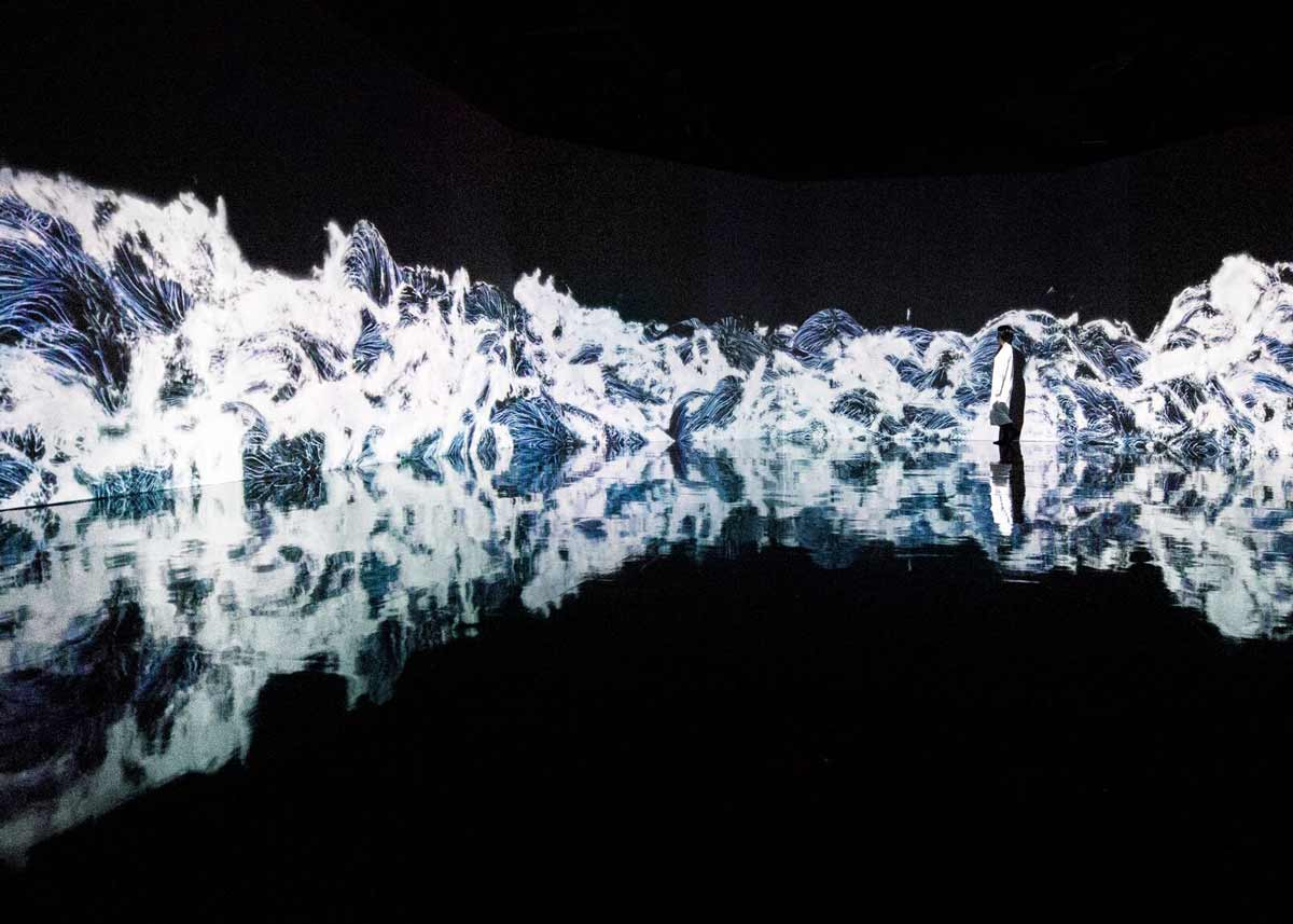 © teamLab, Exhibition view of MORI Building DIGITAL ART MUSEUM: teamLab Borderless, 2018, Odaiba, Tokyo: Black Waves