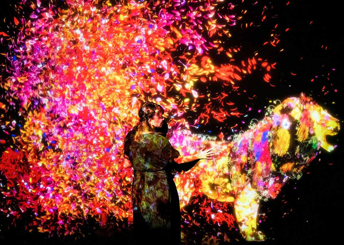 © teamLab, Exhibition view of MORI Building DIGITAL ART MUSEUM: teamLab Borderless, 2018, Odaiba, Tokyo: Animals of Flowers Symbiotic