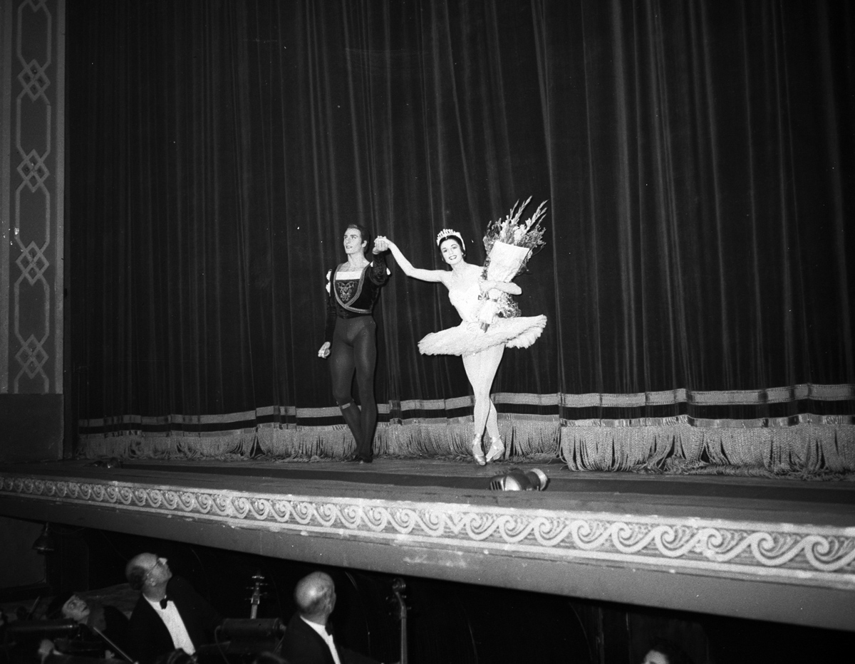 Curtain_call_on_the_opening_night_of_the_Royal_Ballet's_Swan_Lake,_with_Rowena_Jackson,_at_the_Empire_Theatre,_Sydney,_11_September_1958_-_photographer_Ken_Redshaw_(8143610556).jpg