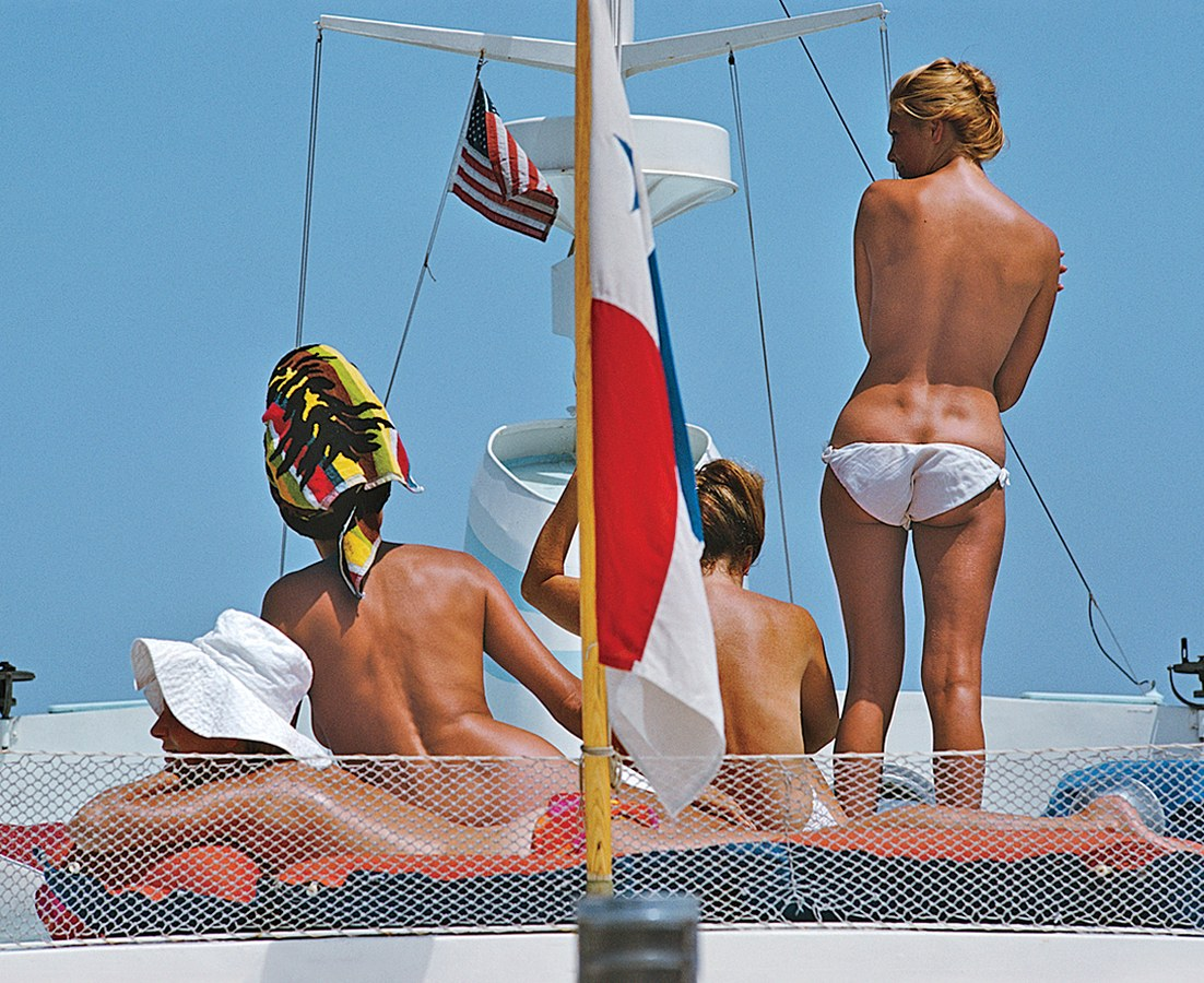 Photo Slim Aarons, 1967,  tanning beauties on the deck of Dino Pecci Blunt's yacht in Marbella.
