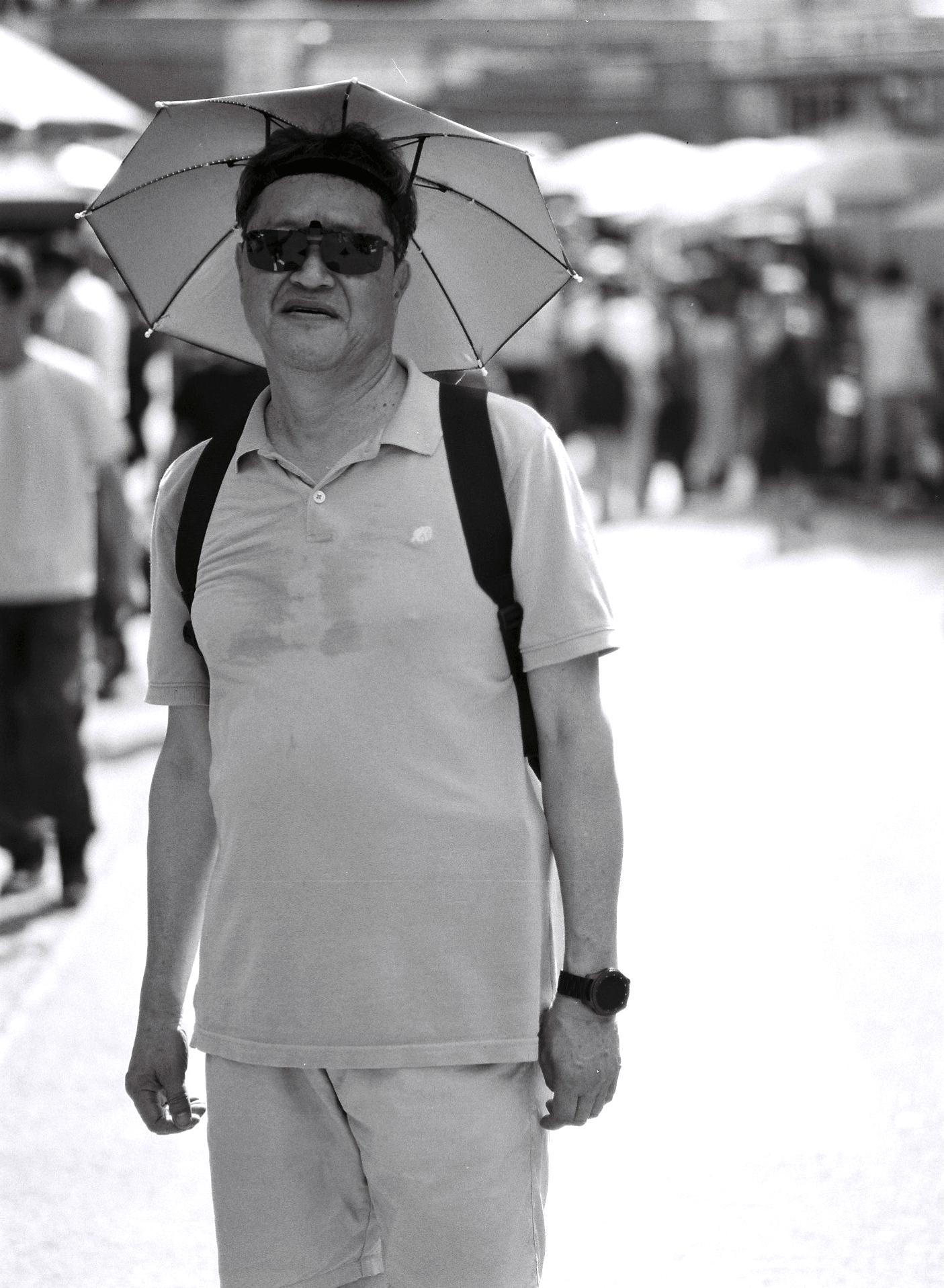 """""""즐겁고 행복하게, 남에게 피해 안 주고 열심히 사는게 제일 좋은 것 같습니다.""""  -이민, 65세  """"Living happily and joyfully without making other people unhappy is most important.""""  -Min Lee, 64"""