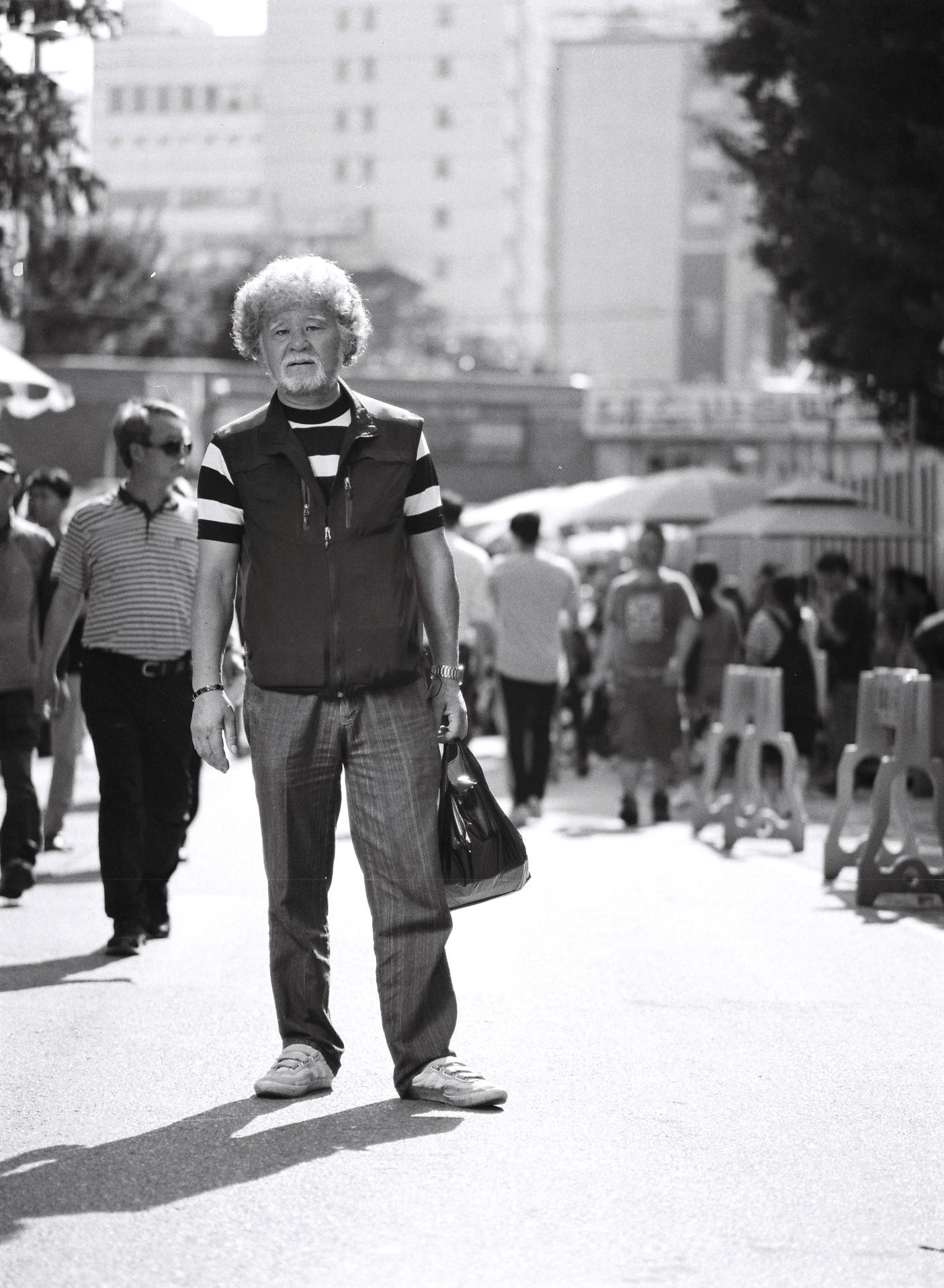 """""""같이 더불어 사는거밖에 더 있나요, 뭐. 서로가 공유하면서, 서로가 웃으면서 사는 거지 뭐. 도우면서.""""  -60세 김의언  """"Life isn't that complicated, living amongst each other, sharing, laughing, and helping each other.""""  -Ui-un Kim, 59"""
