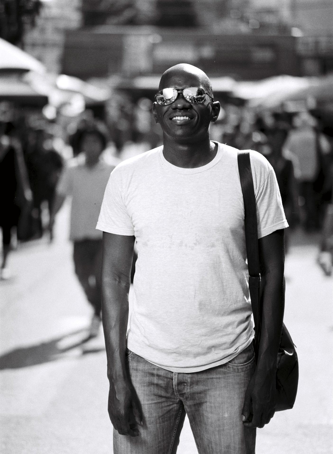 """""""한번 사는 인생, 이러쿵 저러쿵 다투지 마세요. """"  -케냐에서 온 사무엘이.  """"You live life once, don't let it be a hassle.""""  -Samuel, from Kenya"""