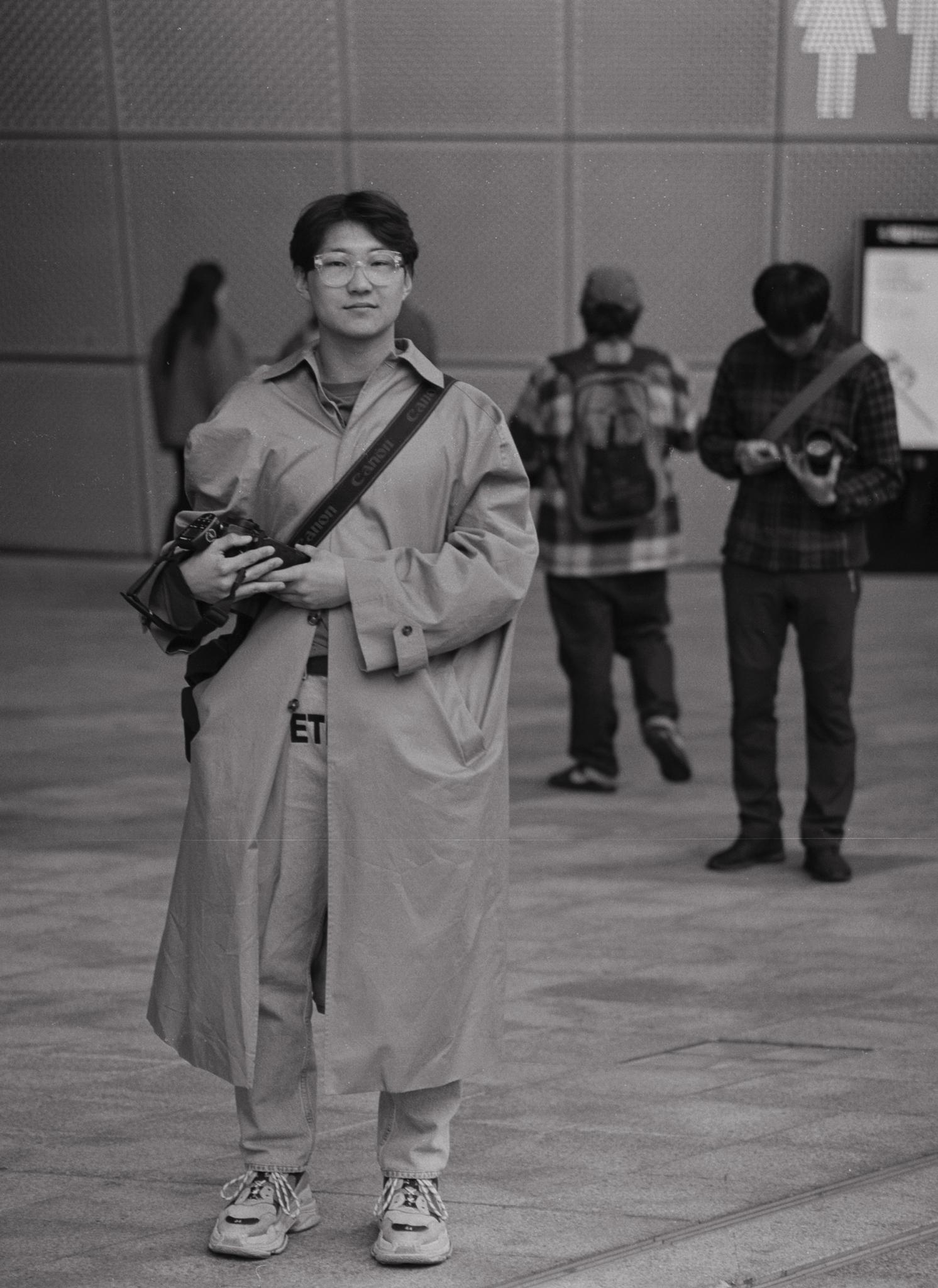 """박철현 (30) – """"거리 포토그래퍼로서 이렇게 새로운 사람들을 만나고 사진을 찍고 그 사람들을 알아 가는 것이 참 좋습니다.""""  Park ChulHyun (30) – """"As a street photographer, I am so happy to meet and get to know new people; my subjects."""""""