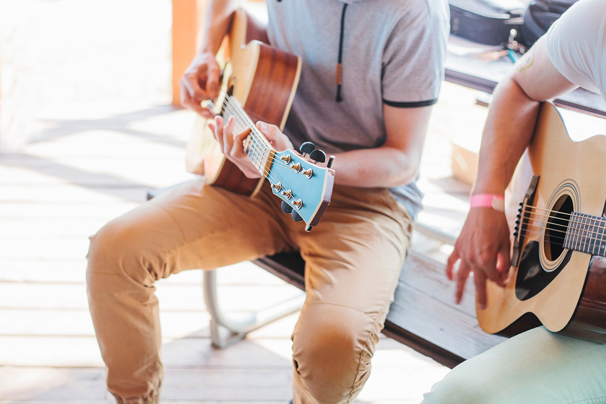 Clases de guitarra en Madrid Cuatro Caminos. Clases de guitarra adultos y niños. Clases de guitarra padres e hijos