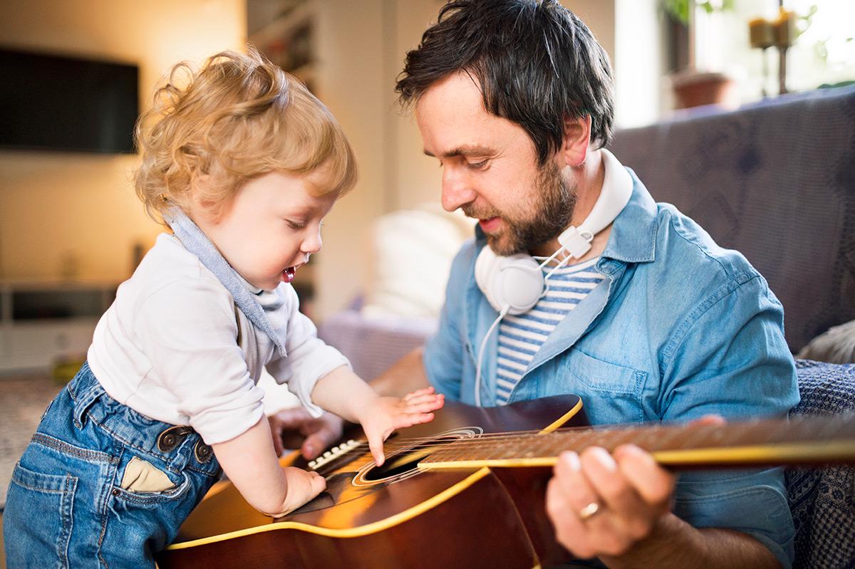 SOLO UNA GUITARRA POR FAMILIA - La guitarra es un instrumento muy versátil, os sorprenderéis de todo lo que vamos a hacer con ella