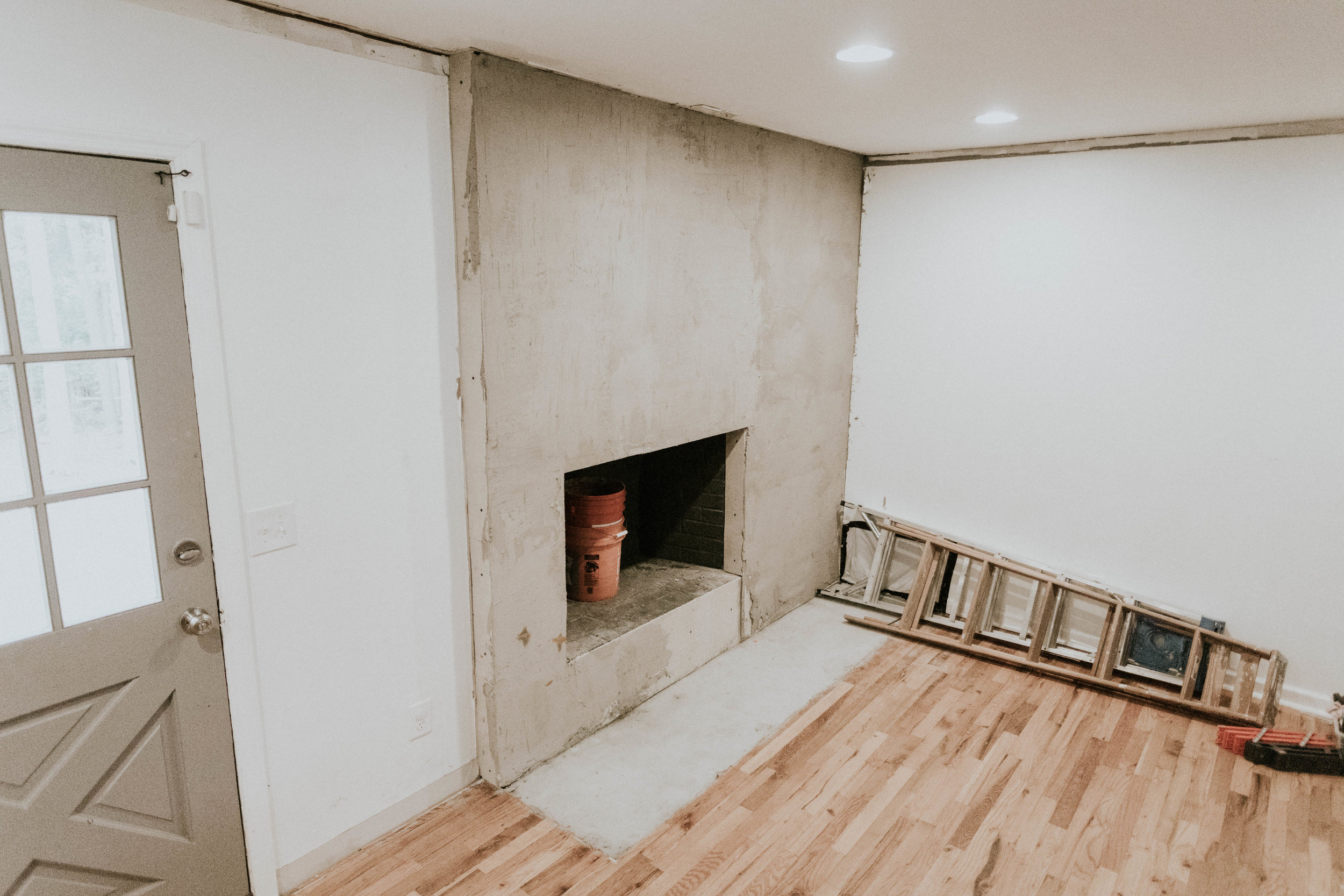 HOW TO TRANSFORM YOUR FIREPLACE FROM FARMHOUSE TO MODERN