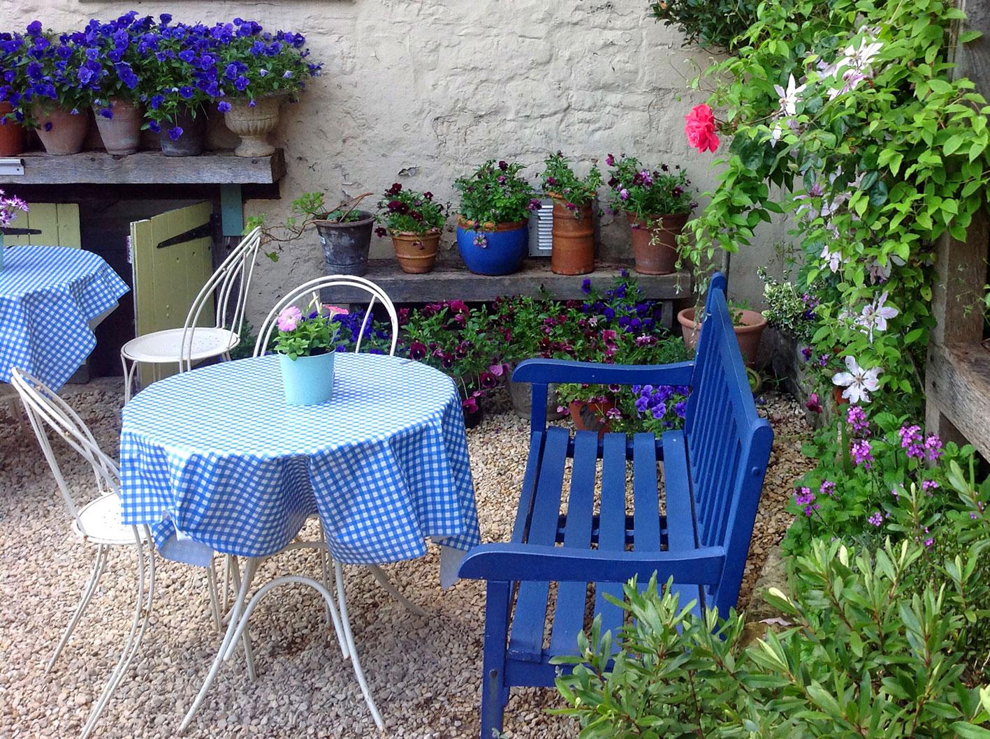 pretty-restaurant-garden-bath.jpg
