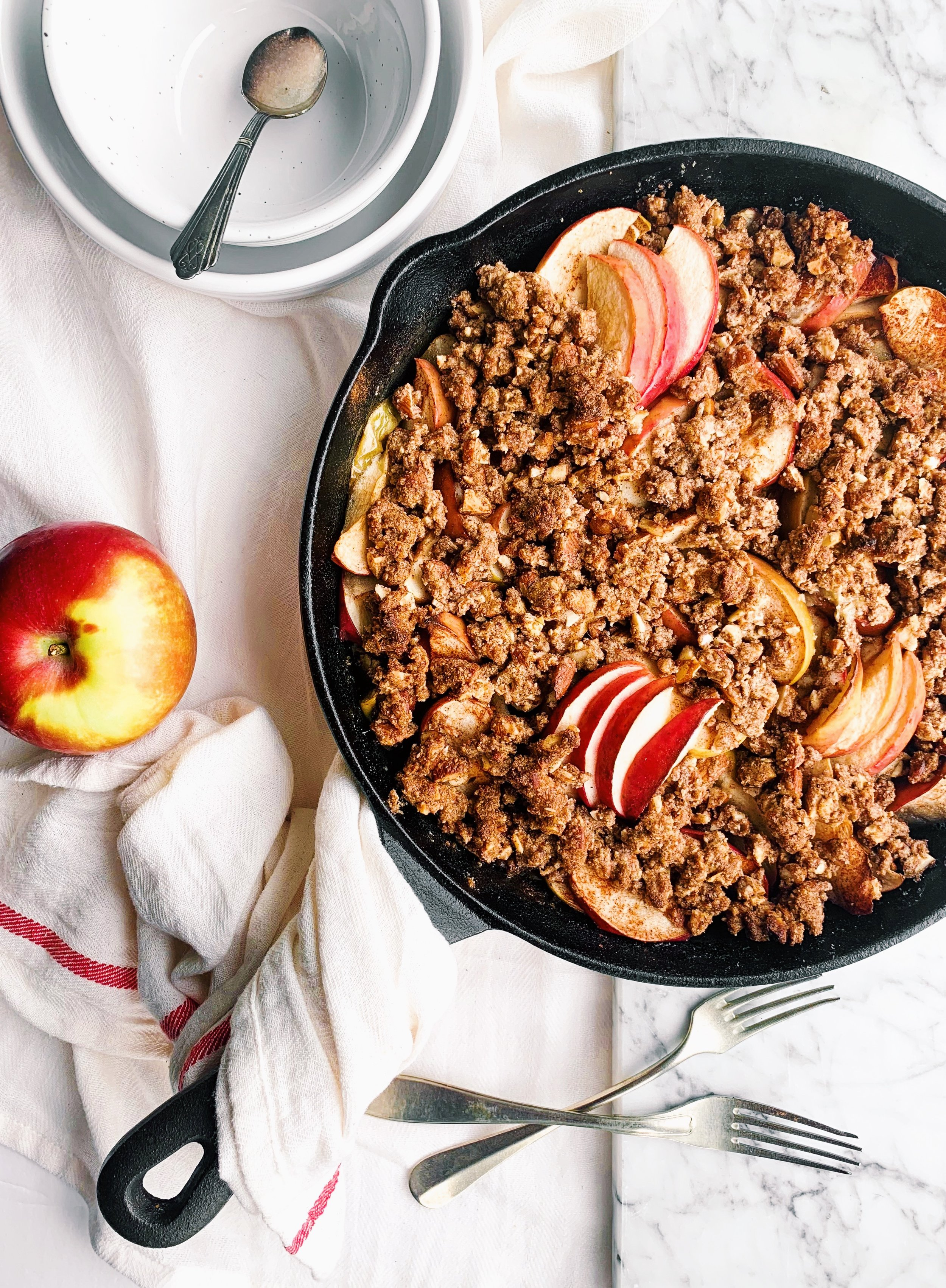 Vegan, paleo refined-sugar free apple crumble that is a perfect fall treat (or breakfast?!) that is perfectly cinnamony and delicious! - Foody First - #paleo #vegan #glutenfree #applecrumble #grainfree #crumble