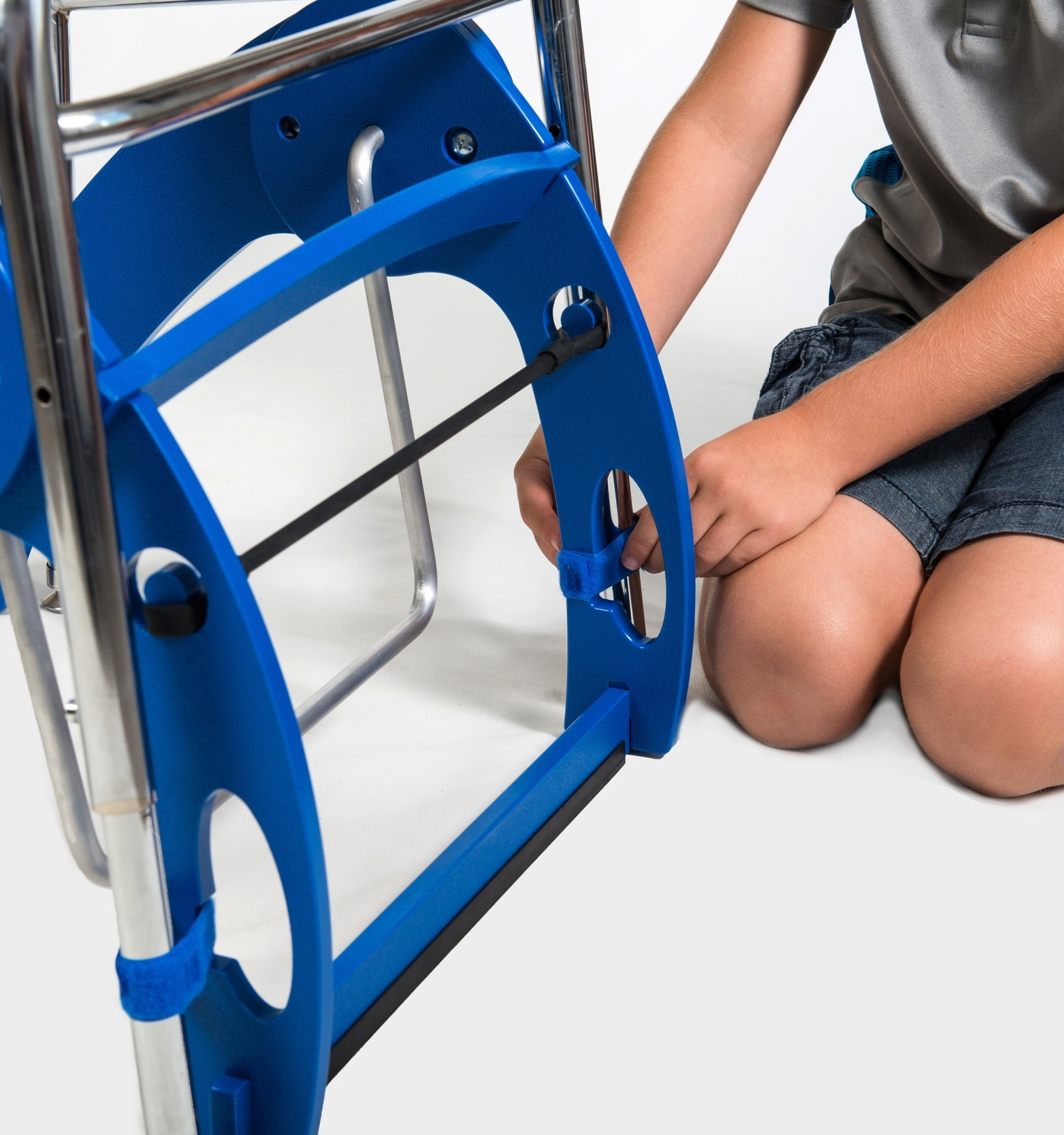 8. KINNEBAR® Place the KINNEBAR 100 under a desk andalign the strap notches of the KINNEBAR® legwith the legs of the desk. Attach the hook andloop straps to each leg. Loosely secure all fourlegs, and then go back and tighten all fourstraps one more time as tightly as possible.KINNEBAR™ 200: While the KINNEBAR 200 and 300 aredesigned to stand alone, two straps have beenprovided should you need to anchor it. Theblack rubber strip is designed to keep yourswing in place on most flooring and rugs. Ifneeded, you can anchor with 1 or 2 straps,whatever works best for your table or desk. -