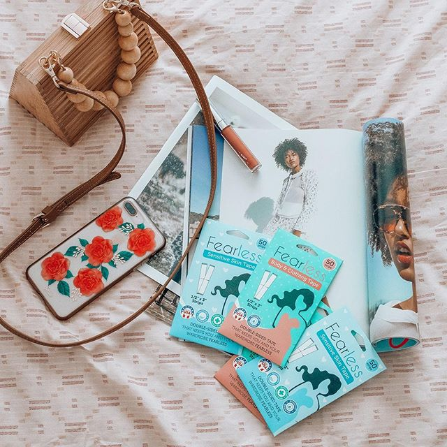 Always keep your essentials with you like @madamandrews does 😉 ⠀ What's in your purse?⠀ •⠀ •⠀ •⠀ #purse #style #styleblogger #lifestyle #lifestyleblogger #essentials #needthis #fashionfixes #fashiontip #styling #fashionneeds #bags #cutebags #littlepurses #shopping #fashioninspo #styleinspo