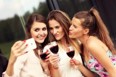 3 girls wine selfie