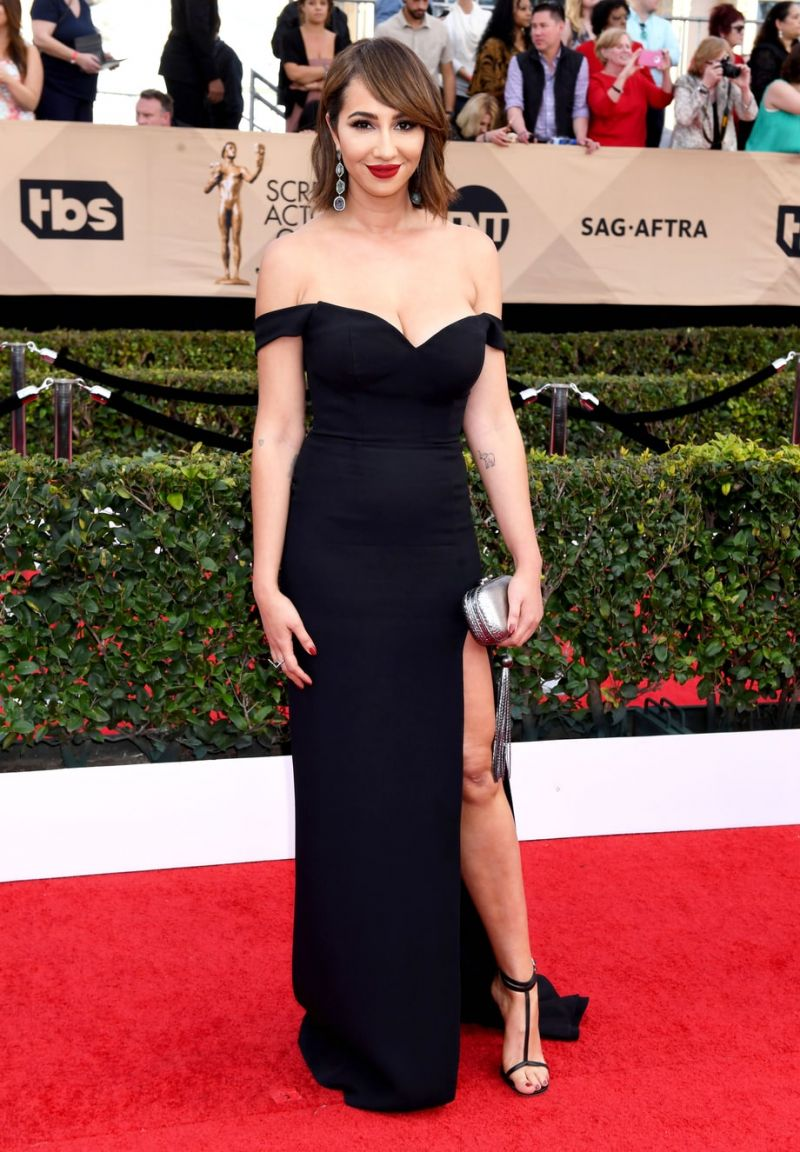 Jackie-Cruz-in-a-classic-black-off-the-shoulder-dress-at-the-red-carpet-of-SAG-Awards-2017.jpg