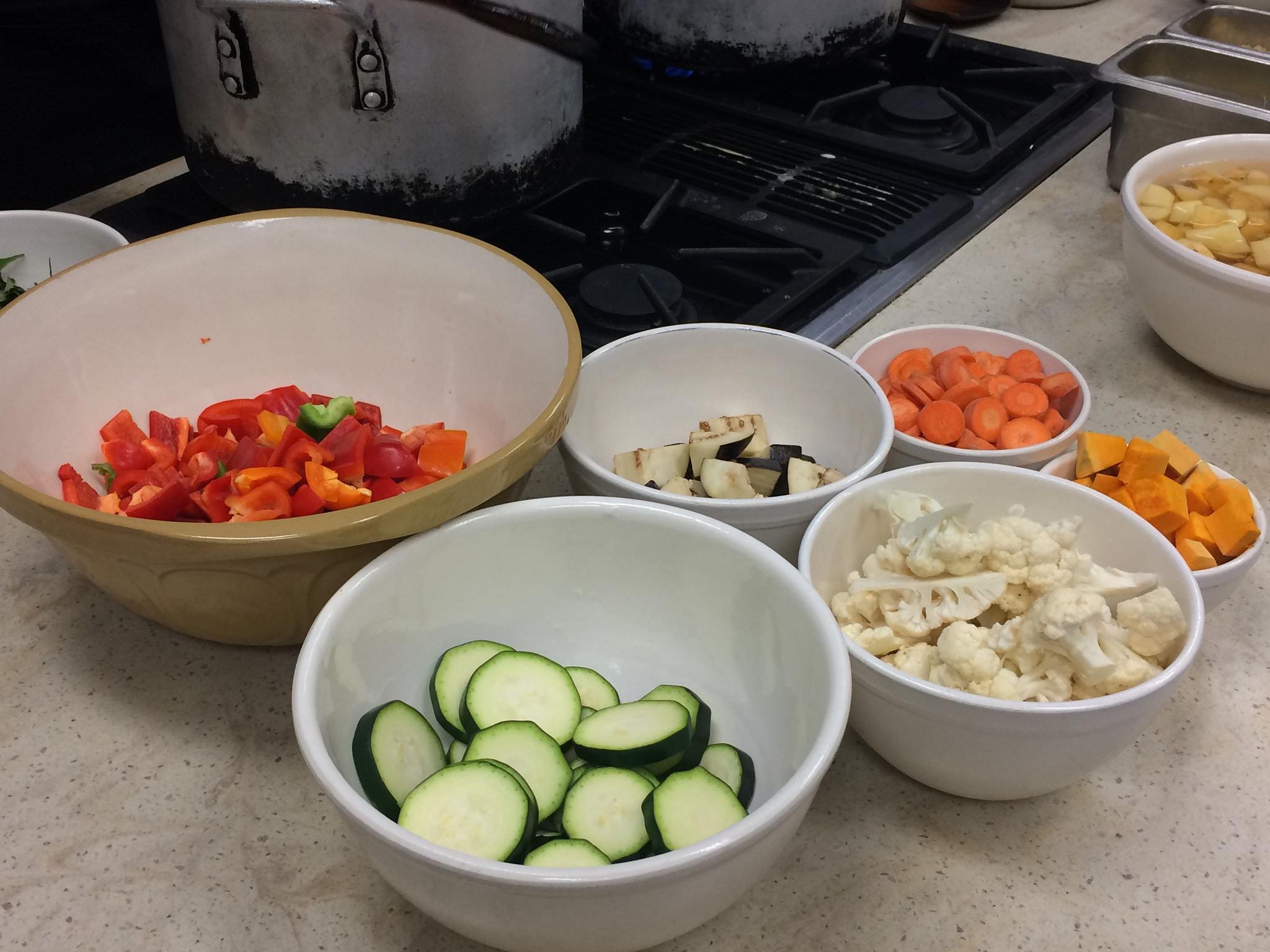 We included all these fresh, colorful veggies!  إستخدمنا كل هاي الخضراوات والألوان للكاري.