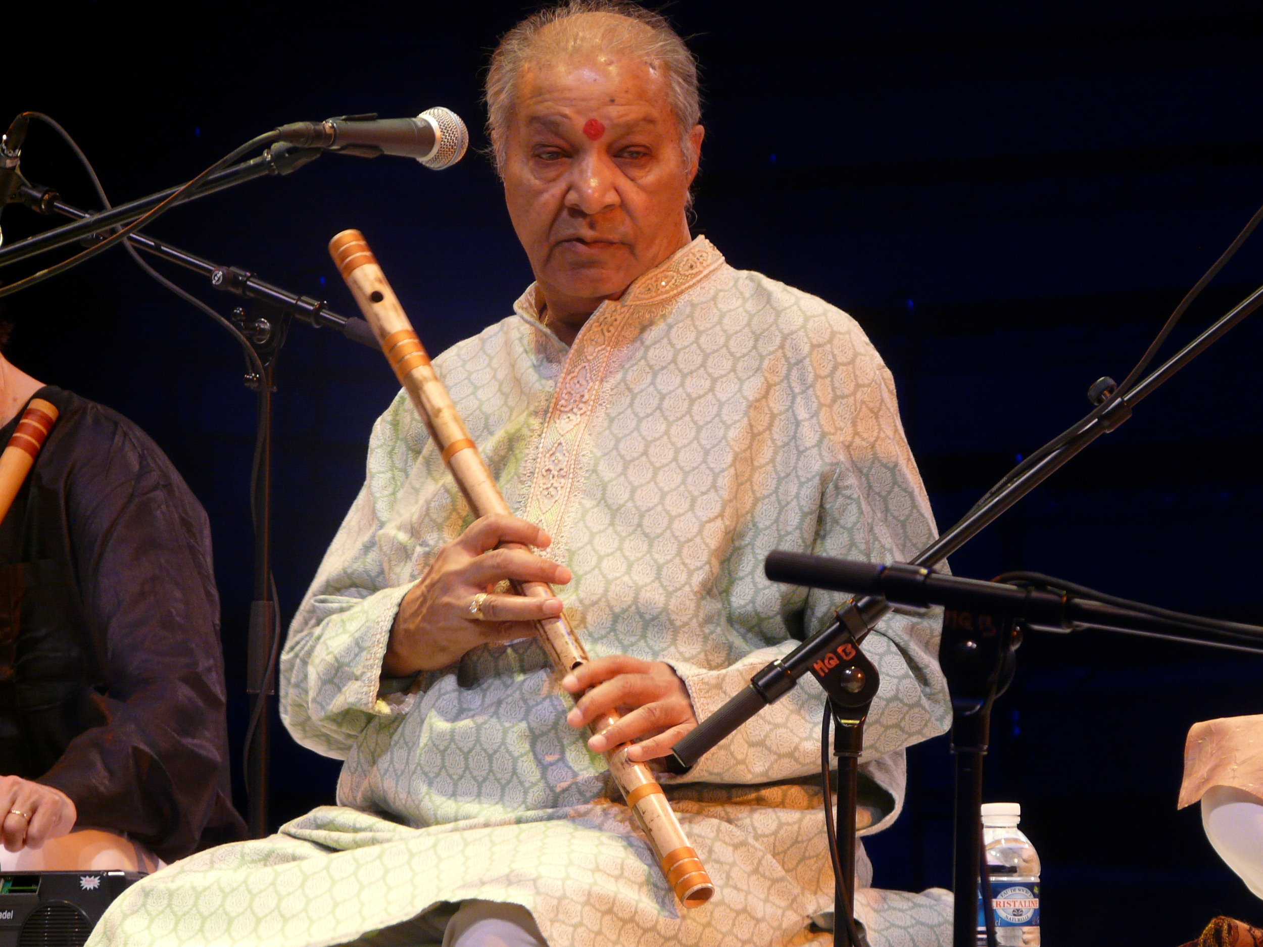 Pandit Hariprasad Chaurasia performin a Teental Recitals concert in Paris .JPG
