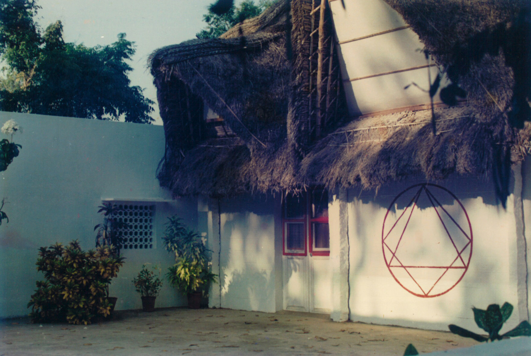 BACK SIDE OF IGOR'S HOUSE IN ASPIRATION-AUROVILLE WITH AN ALIEN WAITING OUTISDE .jpg