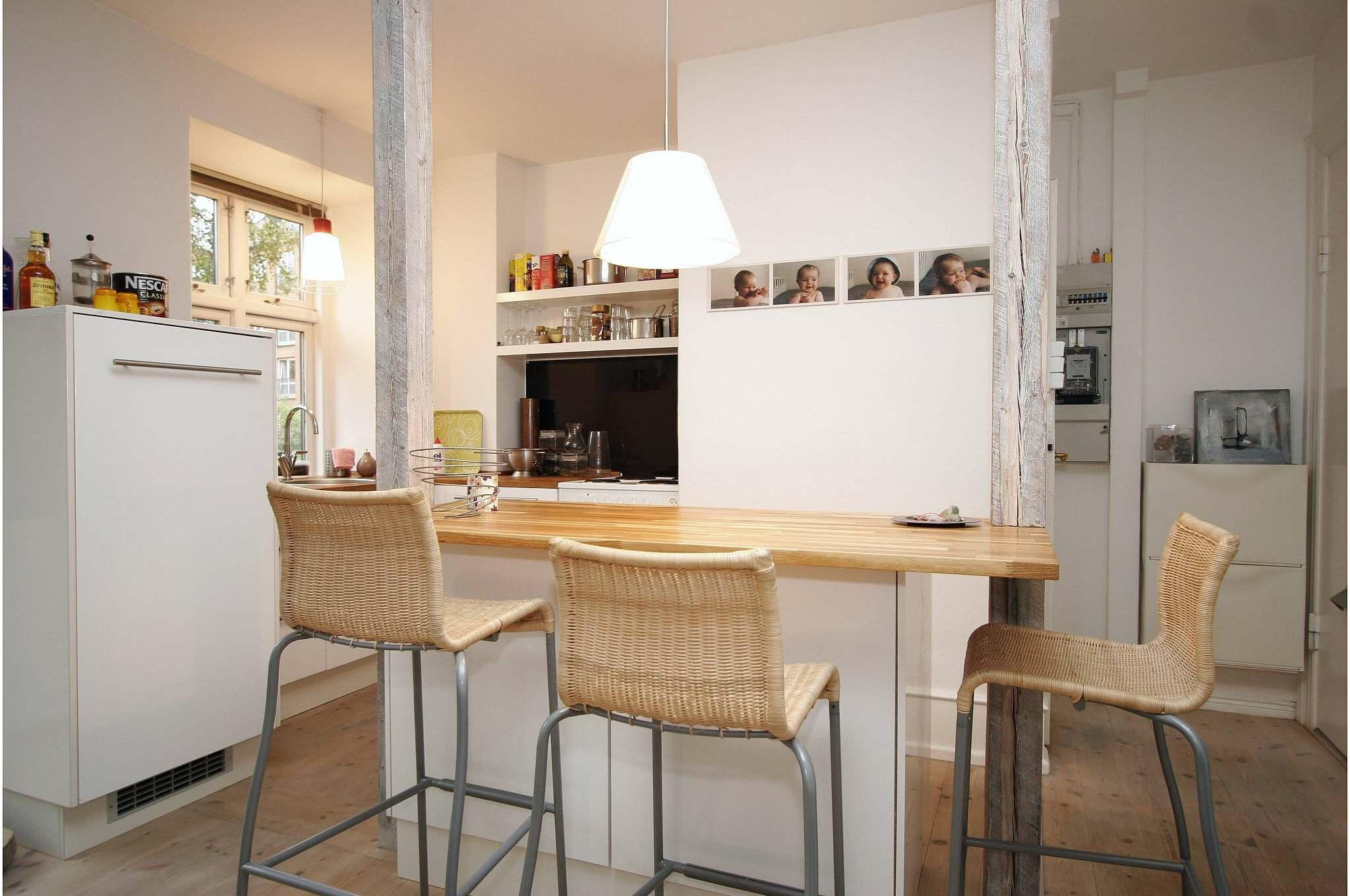 Åbent køkken   Det åbne køkken skaber en bedre rumstørrelse med en god spiseplads og ekstra bordplads ved madlavning i forhold til det gamle køkken. Skabe ved spisepladsen er på hjul og kan flyttes til en væg, så der er plads til gæster.
