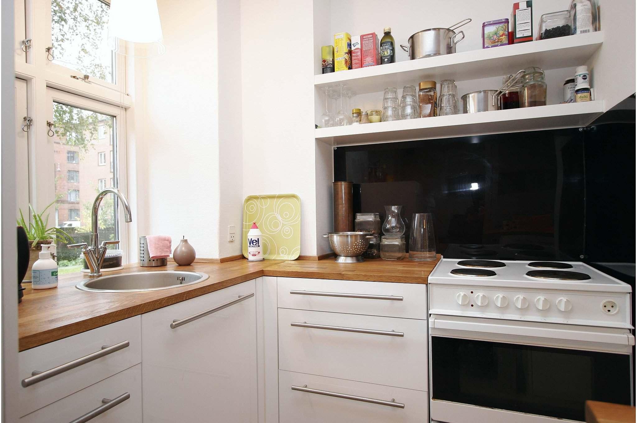 Køkken   De åbne hylder skaber et lettere udtryk end tunge overskabe.