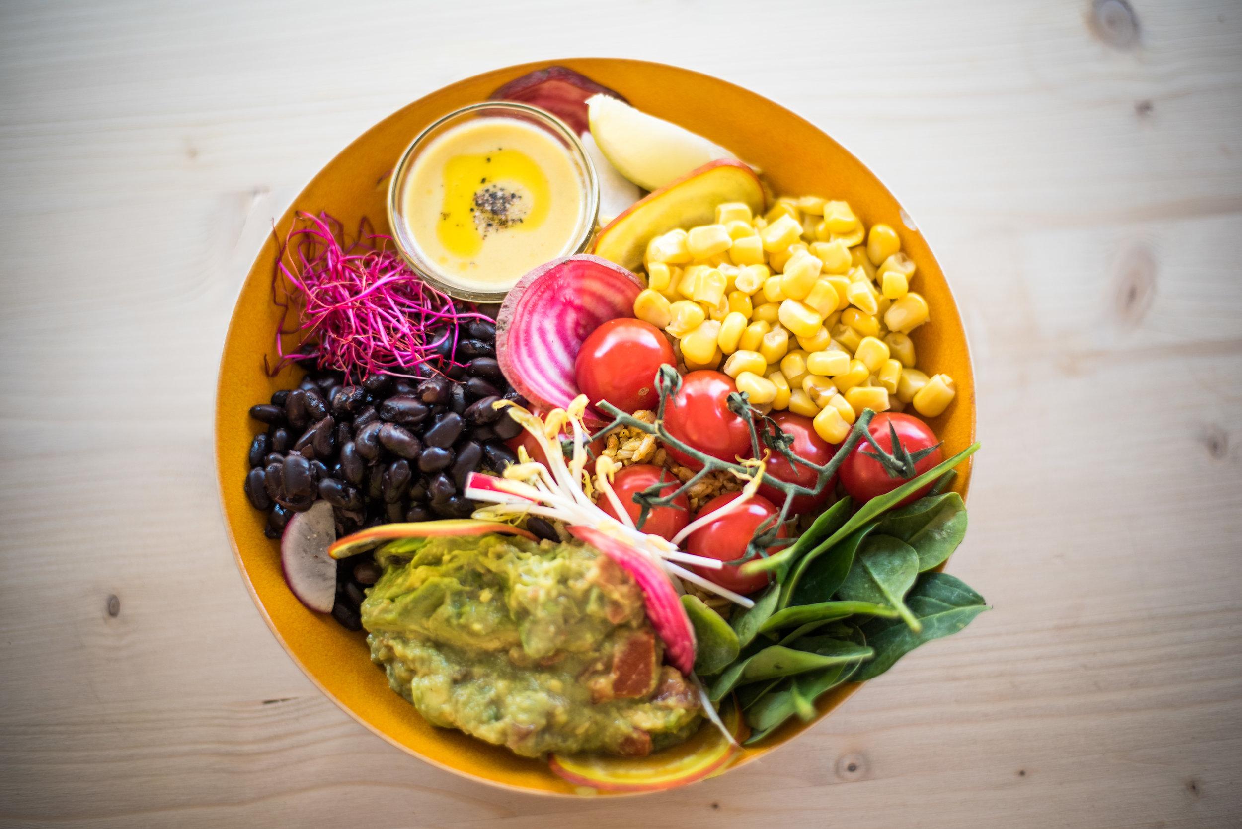 - Bij Feel Good houden we van puur en écht eten, uit de natuur. Dus geen chemische toevoegingen in de vorm van E-nummers en geraffineerde suikers. Maar pure, onbewerkte producten, zoals groenten en fruit, noten, peulvruchten, zaden, granen en spelt. Volwaardige voeding waar je lijf blij van wordt.Onze ingrediënten worden dagelijks vers geleverd en bereid. Hierdoor kunnen we goed rekening houden met bepaalde wensen en allergieën. Veel gerechten zijn aan te passen aan jouw wensen, vraag naar de mogelijkheden!