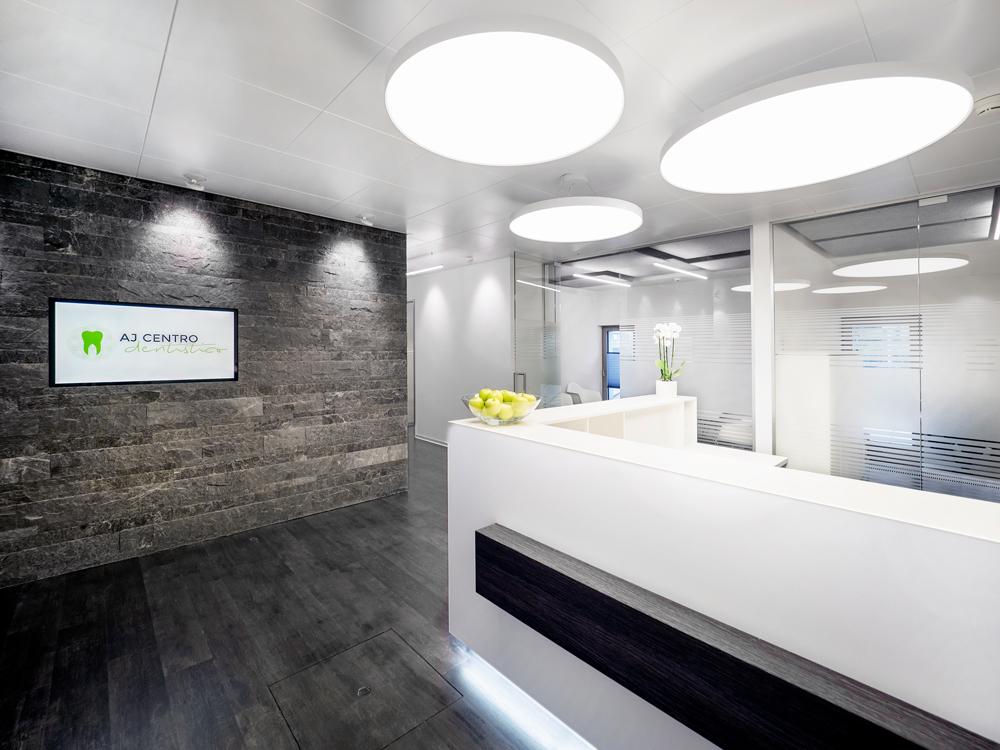 Empfangsbereich mit Back-Office und Wartebereich im Hintergrund.