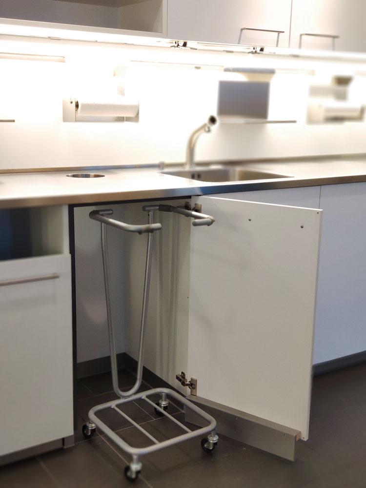 Sockelfreies Element mit Einwurföffnung in Arbeitsplatte für den Kehrichtwagen