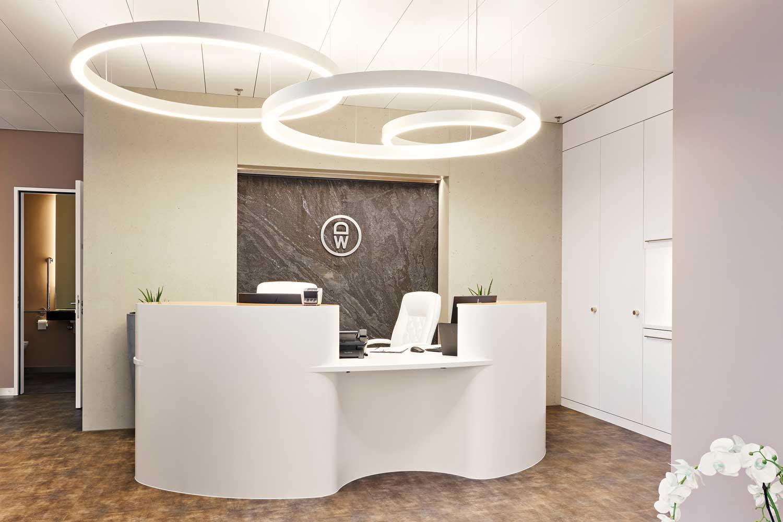 Der Eingangsbereich mit Wasserwand empfängt die Patienten mit Eleganz und Grosszügigkeit.