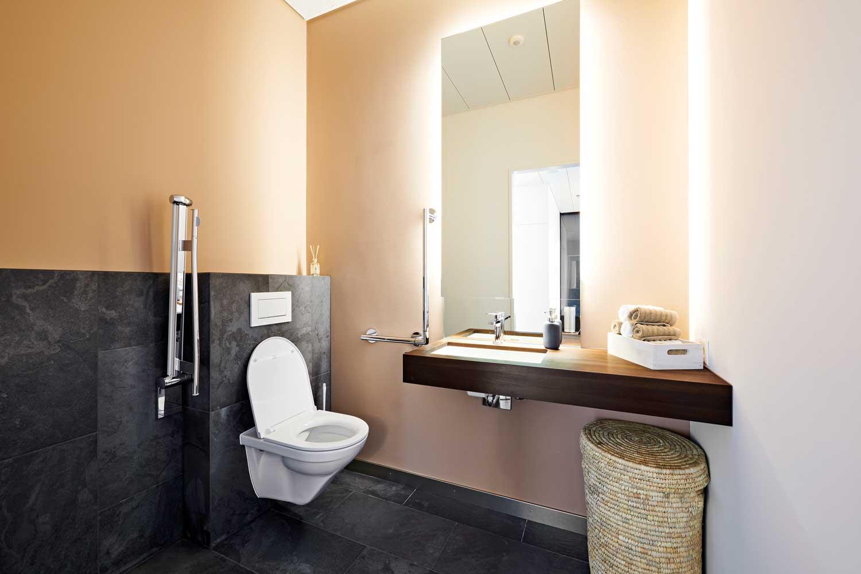 Wellnessatmosphäre im barrierefreien WC.