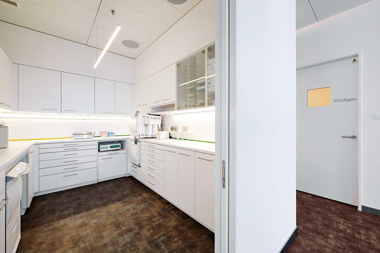 Die Praxis mit den sechs Behandlungszimmern erfordert einen grosszügigen Sterilisationsraum. Die umlaufende Nischenbeleuchtung sorgt für klare Verhältnisse auf der Arbeitsfläche.