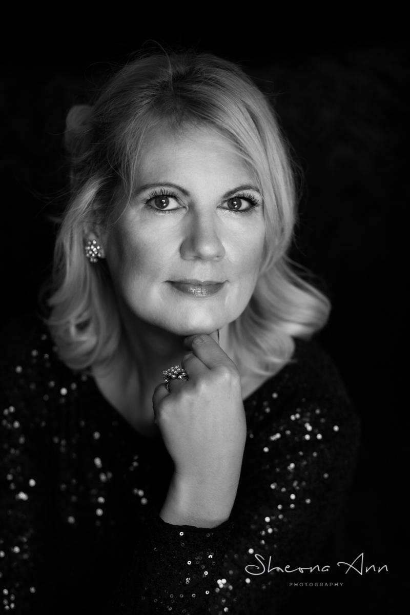 Dramatische Porträt von Patricia Weiss Autorin der Laura-Peters-Krimis. Foto von Sheona Hamilton-Grant - Schwarzweiss Porträtfotografin in Bonn