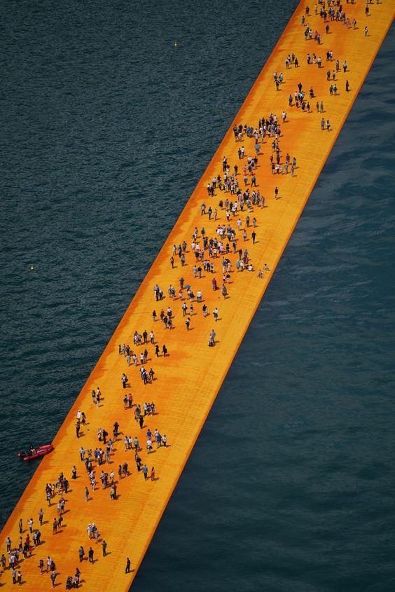 - Een waterkunstwerk van Christo op Lago Iseo, Italie.