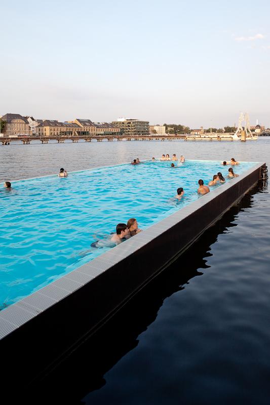 - Een drijvend zwembad in de Berlijnse Spree.