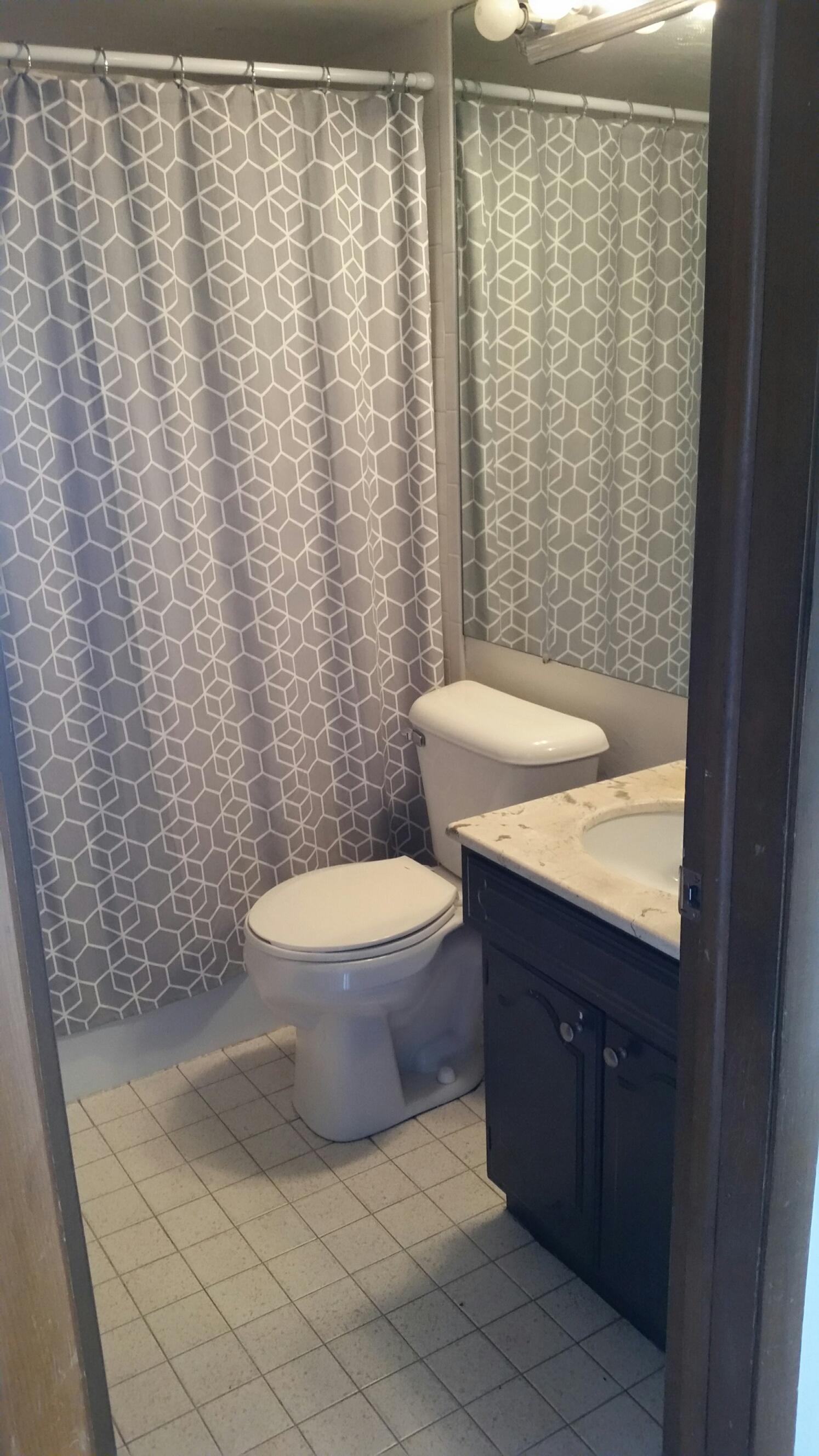 3939-606 bathroom 1.jpg