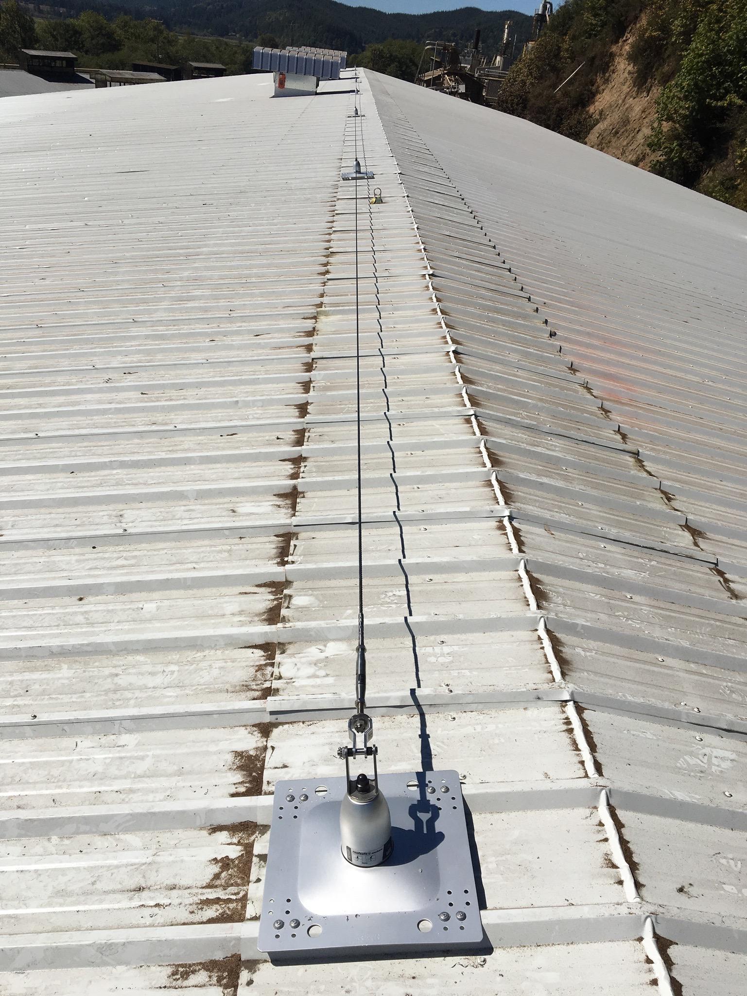Horizontal lifeline for maintenance workers