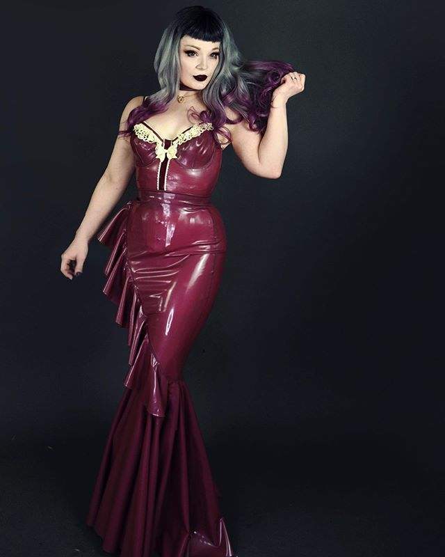 There is nothing quite like a latex evening gown to make even the most submissively inclined feel like a Queen. ♥️ Model: @missokissed  #latexmodel #latexdress #latexfetish #latexqueen #bespokelatex #latexgown #latexgowns #electricrose #latex #missolatex #missokissedlatex
