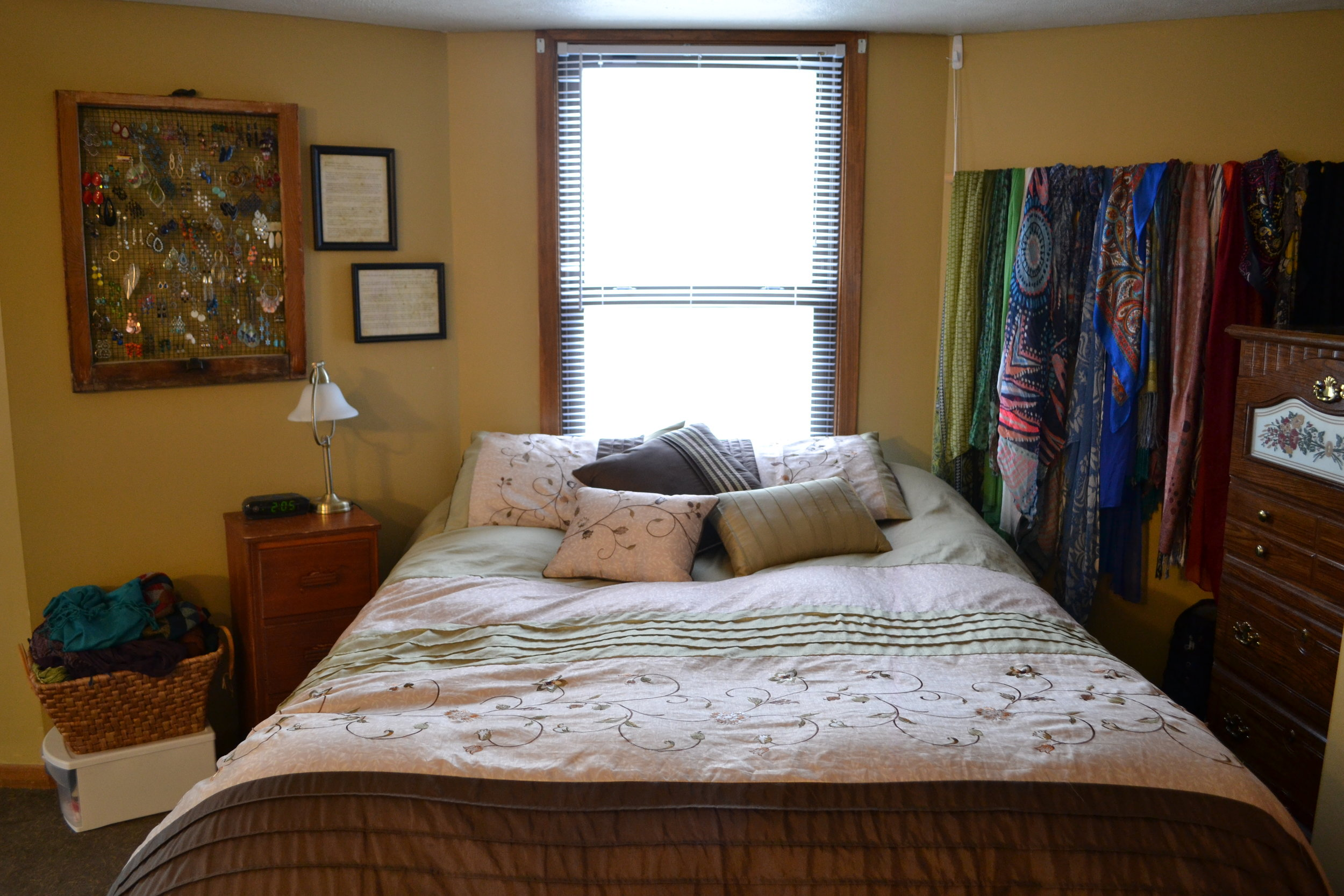 A comfortable, clean bedroom option, using accessories as wall decorations.