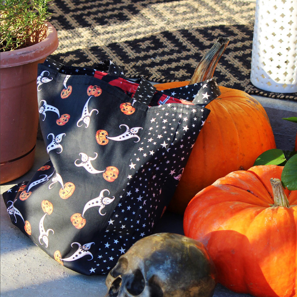Sprout Pattern Halloween tote bag from @sproutpatterns (on Instagram) using Johanna Parker Halloween fabric from Spoonflower. Get the  Pattern HERE!