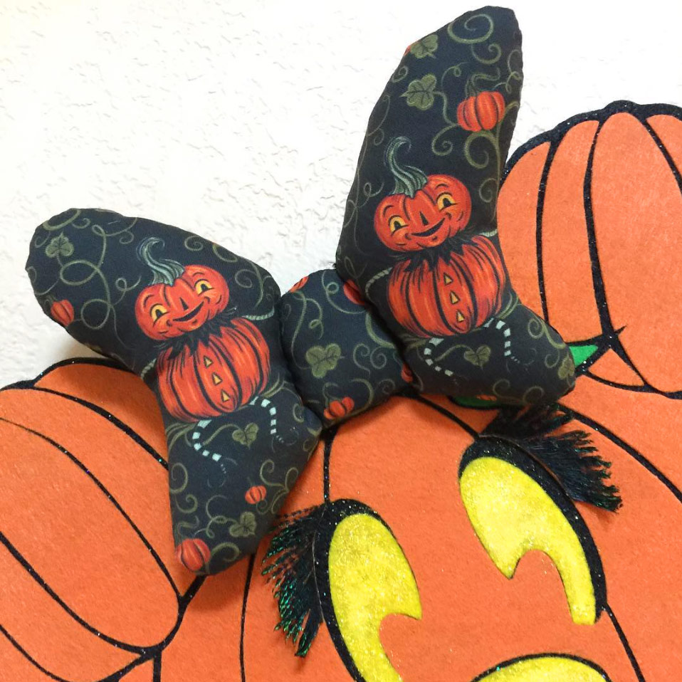 Halloween Bow by @GingyLovesCupcakes (on Instagram) using Johanna Parker Design Halloween fabric from Spoonflower.  GET: Jack Vine Sitter