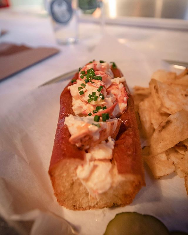 Lobster rolls and craft beers 🍻🦞 are just two delicious items on the menu @167_raw in Charleston, SC. Glad I had time to stop by the most recommended spot in the city.