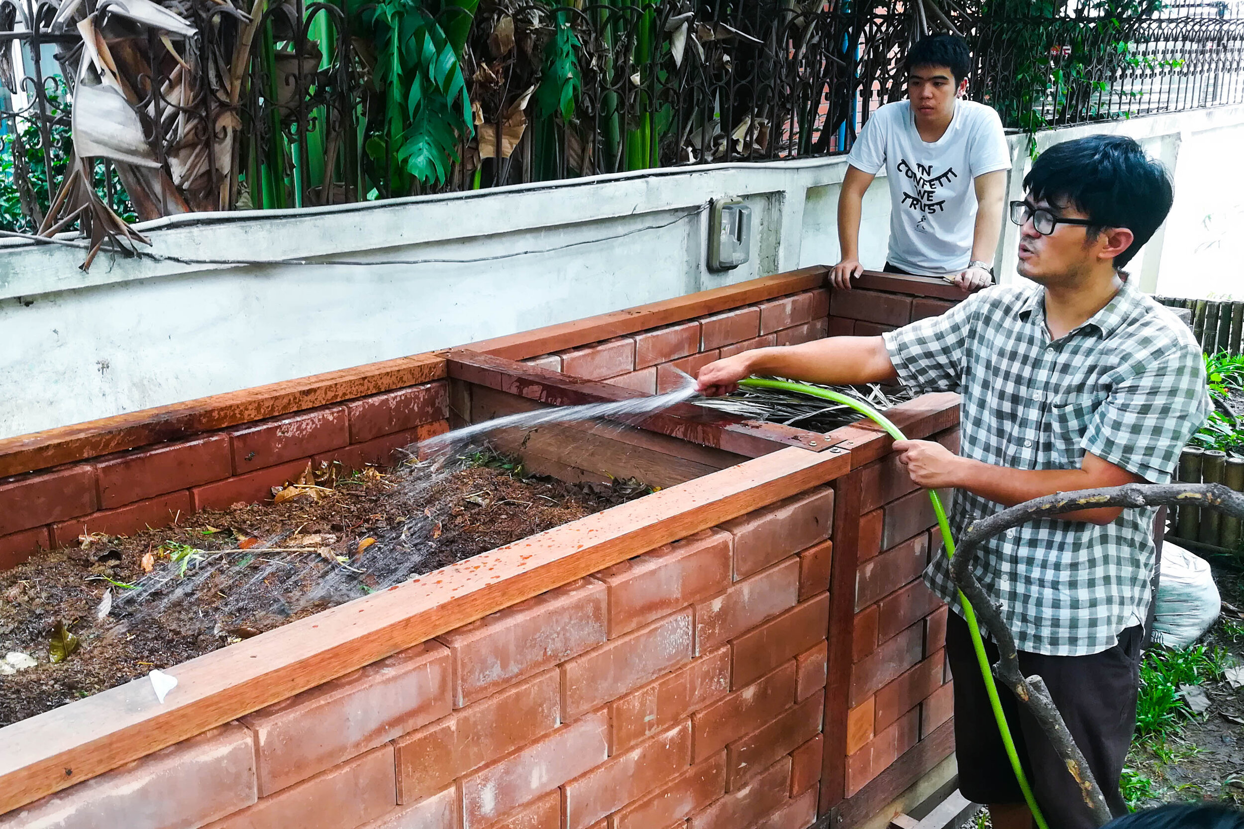 Bo.lan Edible Garden: Sustainable farming workshop run by Nakorn Limpacuptathavon (Prince) and Sunatthalinee Sinprom (Jig) in October 2019 - learning how to compost