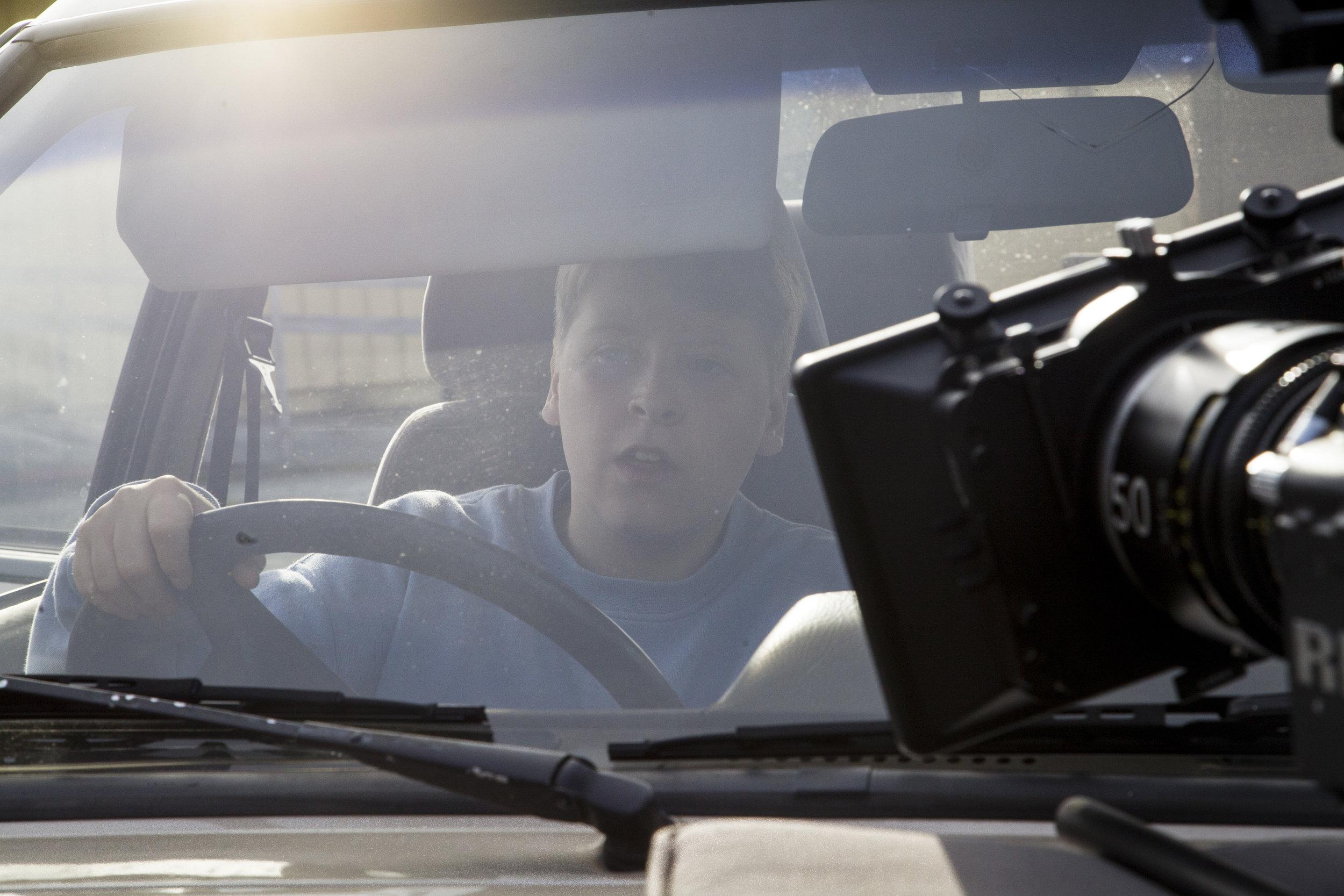 Skuespiller Mathias kjører bil under produksjonen.(Filmtriks?)